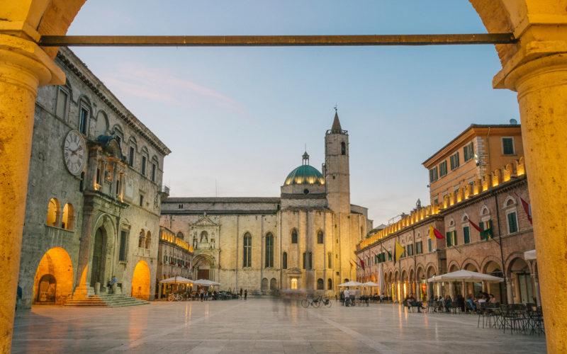 Tra i luoghi da non perdere ad Ascoli Piceno, il principale è di certo Piazza del Popolo
