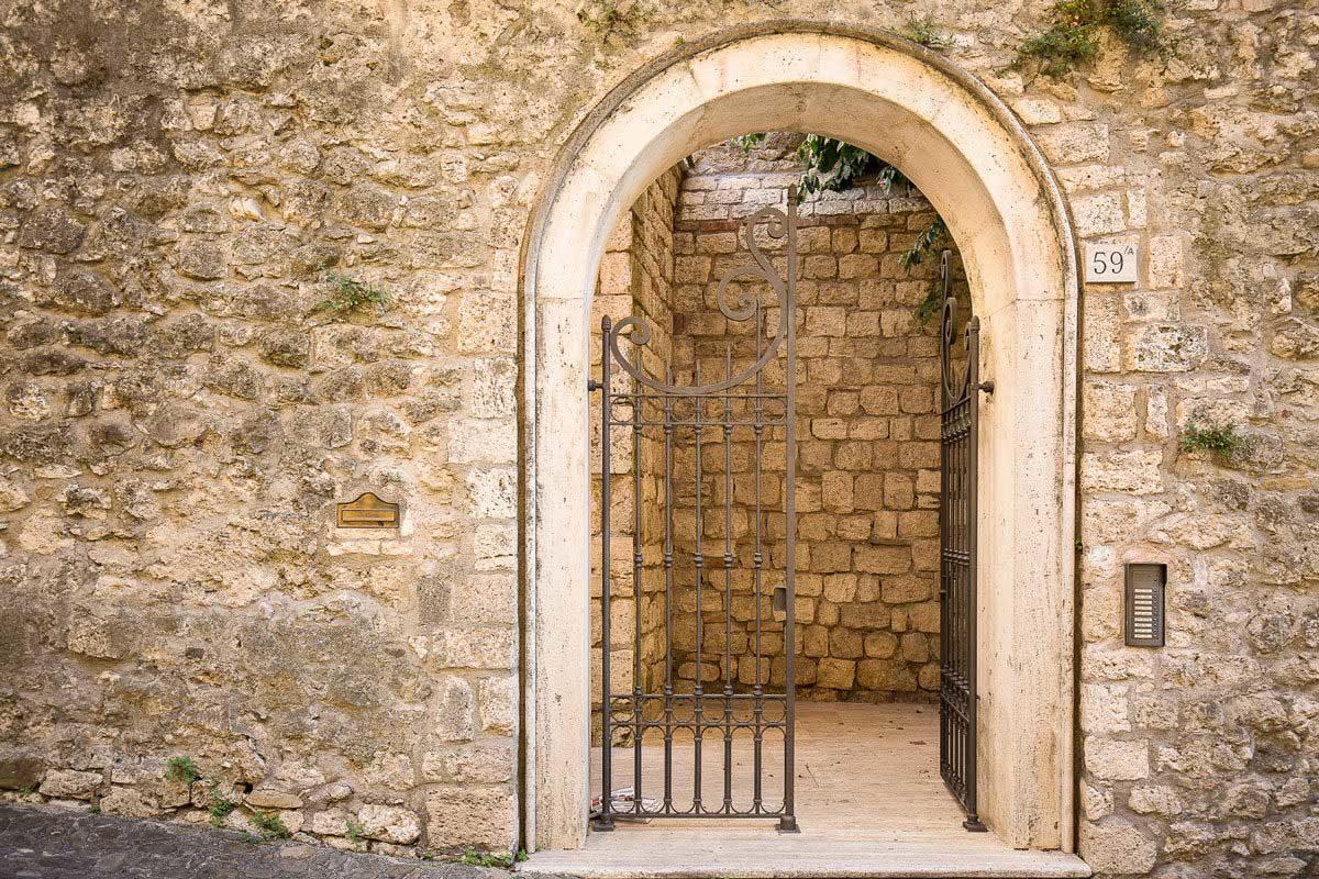 Visit Ascoli Via Pretoriana dettaglio cancello