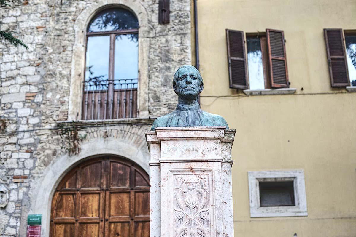 """Un'esperienza immersiva: il giardino di Palazzo Arengo e i suoi """"busti illustri"""""""